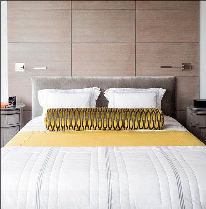 Ярка жёлтая подушка в интерьере спальни