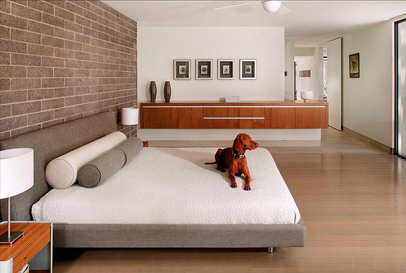 Кирпичная стена в интерьере спальни