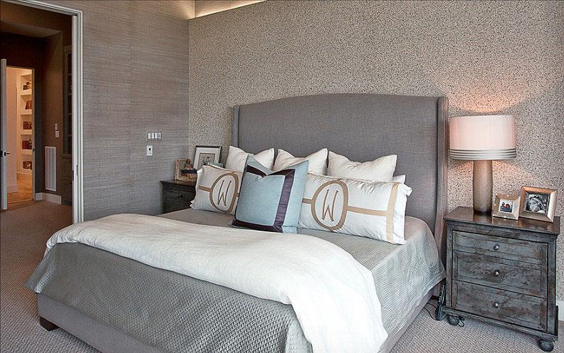 Современный интерьер спальни в сером цвете