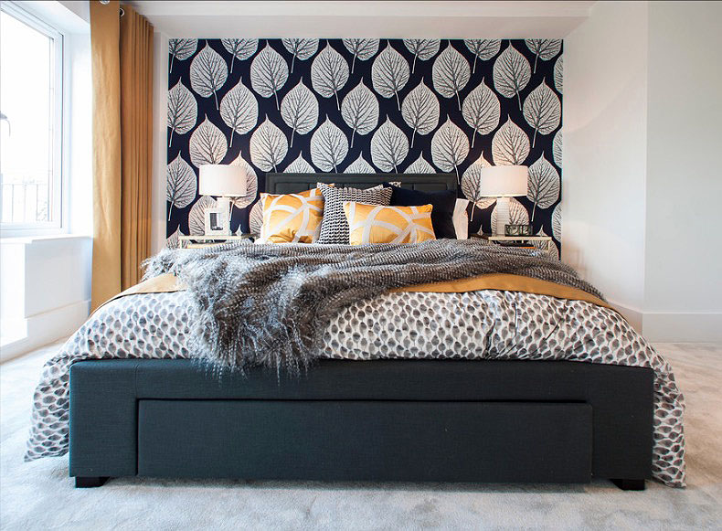 Ярко-жёлтые подушки в интерьере чёрно-белой спальни