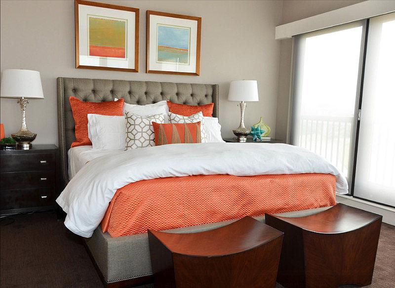 Яркое бело-оранжевое бельё в интерьере спальни