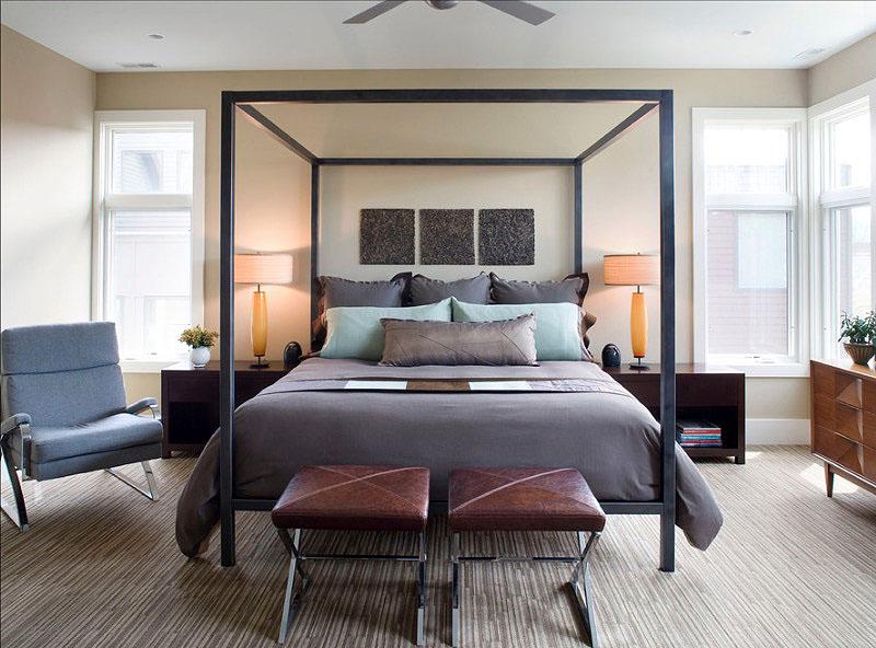 Кожаные стулья у кровати в интерьере спальни