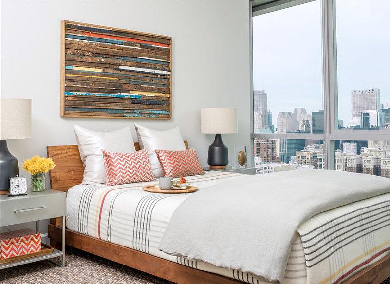 Полосатое постельное бельё в интерьере спальни