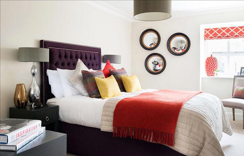 Дизайн бардовой кровати в интерьере спальни