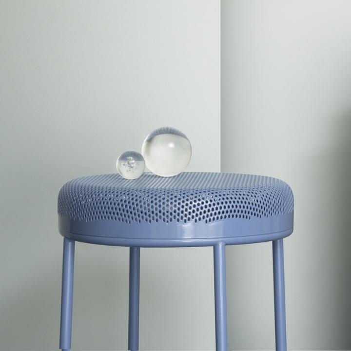 Стильный дизайн мебели: металлический табурет