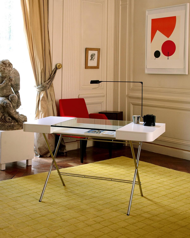 Стильный офисный стол с металлическими ножками