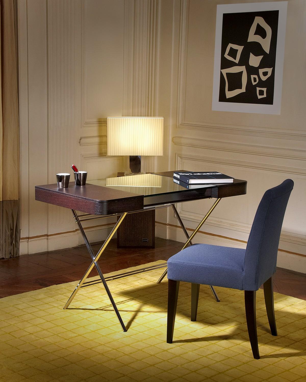 Стильный офисный стол тёмного цвета в интерьере комнаты