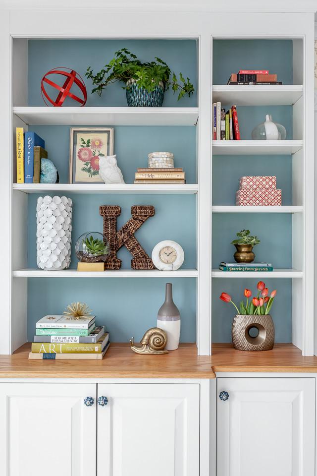 Стильные книжные шкафы: голубая стенка за полками