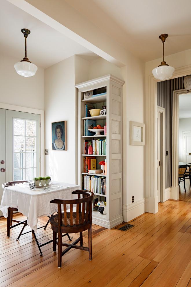 Стильные книжные шкафы: узкий стеллаж в углу