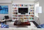 Стильные книжные шкафы: телевизор между полок
