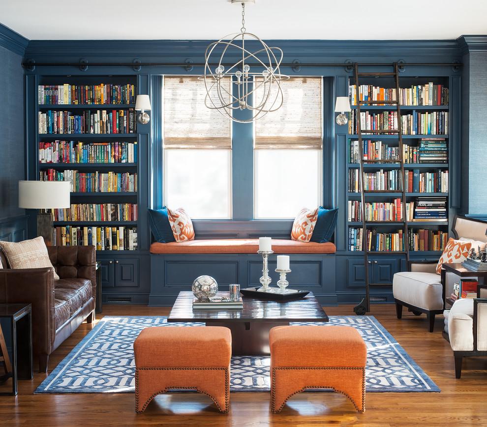 Стильные книжные шкафы возле окна с местом для чтения