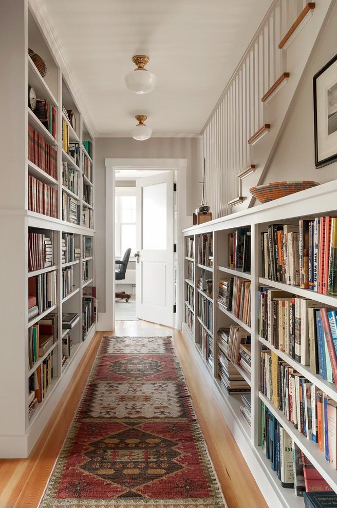 Стильные книжные шкафы в коридоре