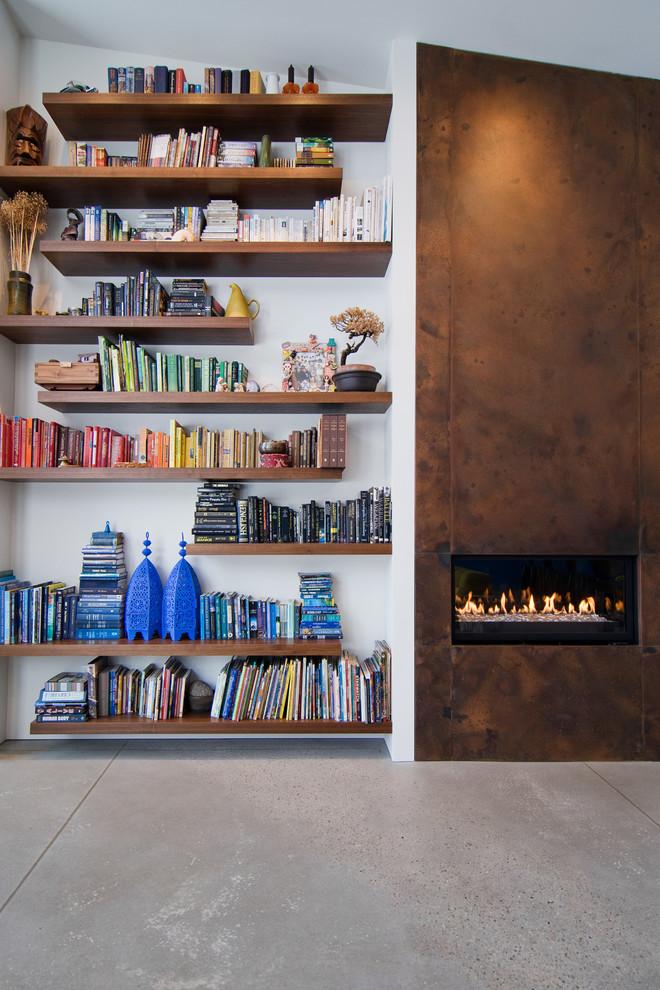 Стильные книжные шкафы: полки возле камина
