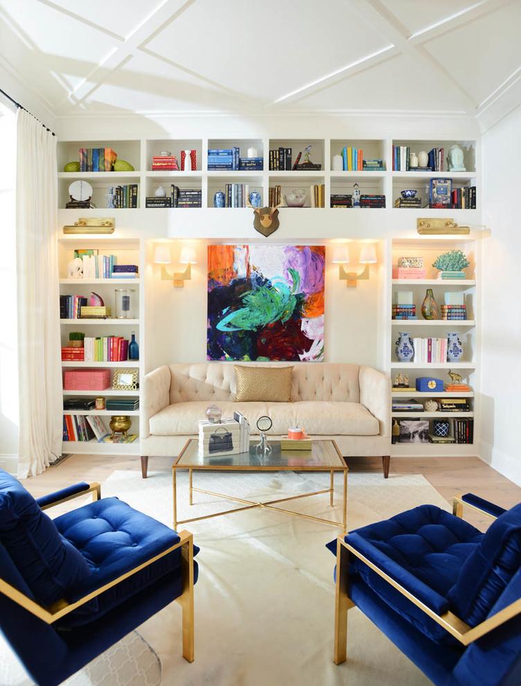 Стильные книжные шкафы в интерьере с синими креслами