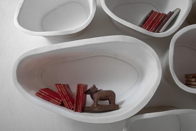 Белые полки оригинальной формы в интерьере - Фото 7