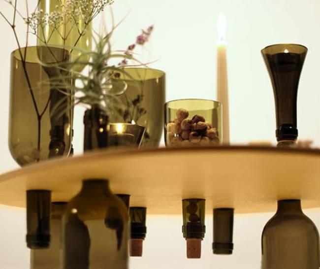 Стол из бутылок от вина: бутылки играют несколько функций