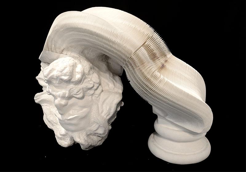 Необычная скульптура из бумаги