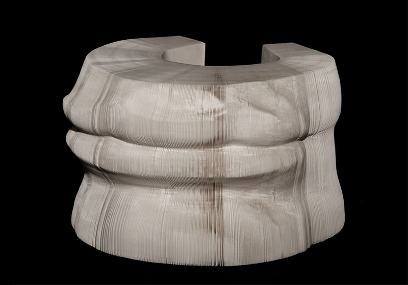 Яркая скульптура из бумаги