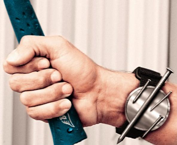Магнитный браслет, чтобы крепить на него скрепки, гвозди и иголки во время работы