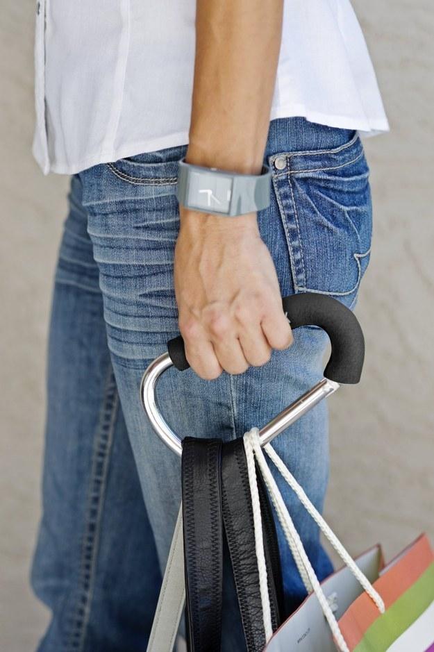 Крючок, на котором легко нести все необходимые сумки одновременно