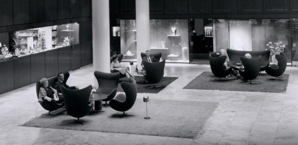 Cтулья и диваны Egg в фойе SAS Royal Hotel