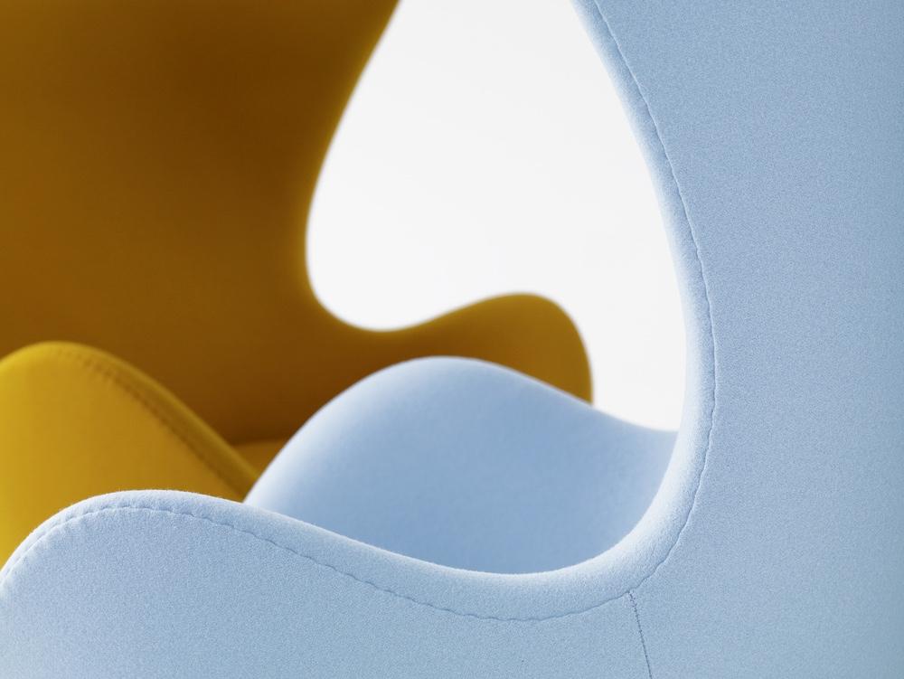 Яркие стулья Egg с тканевой обивкой