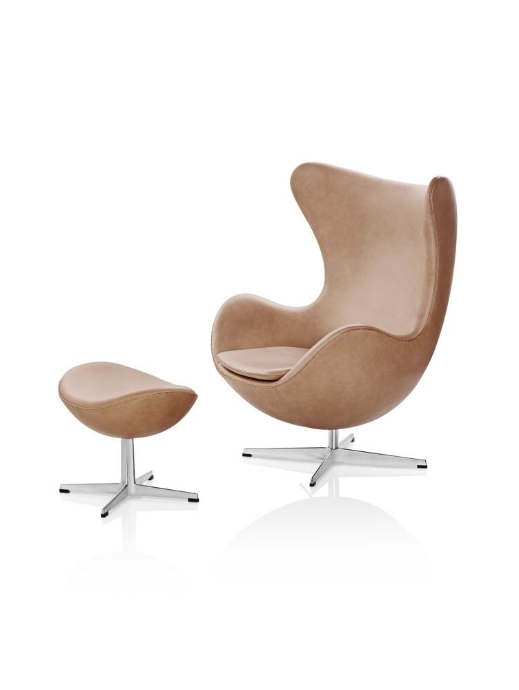 Кожаный стул Egg и подставка для ног светло-коричневого цвета
