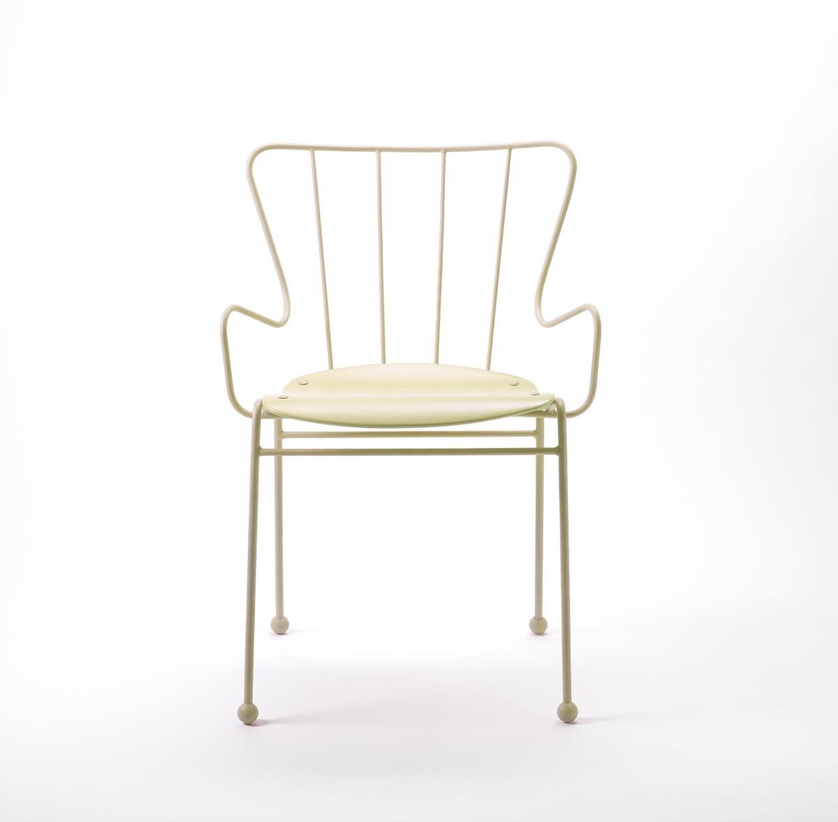 Белый стул 50-х годов с каркасом из стали