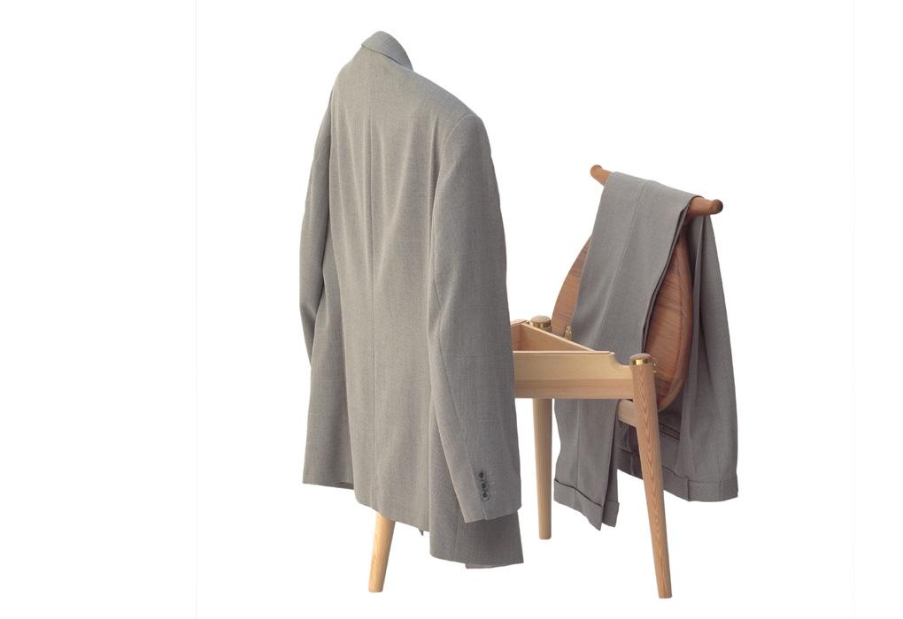 На спинку и сиденье стула 50-х годов можно повесить одежду