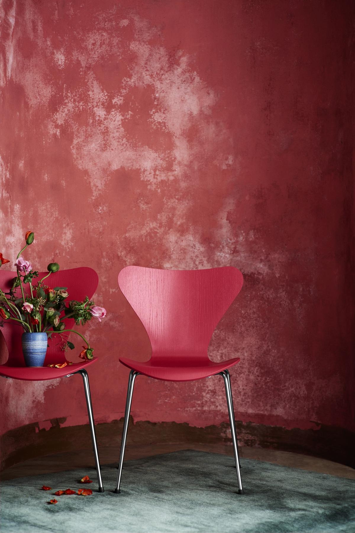 Ярко-розовый стул 50-х годов изогнутой формы
