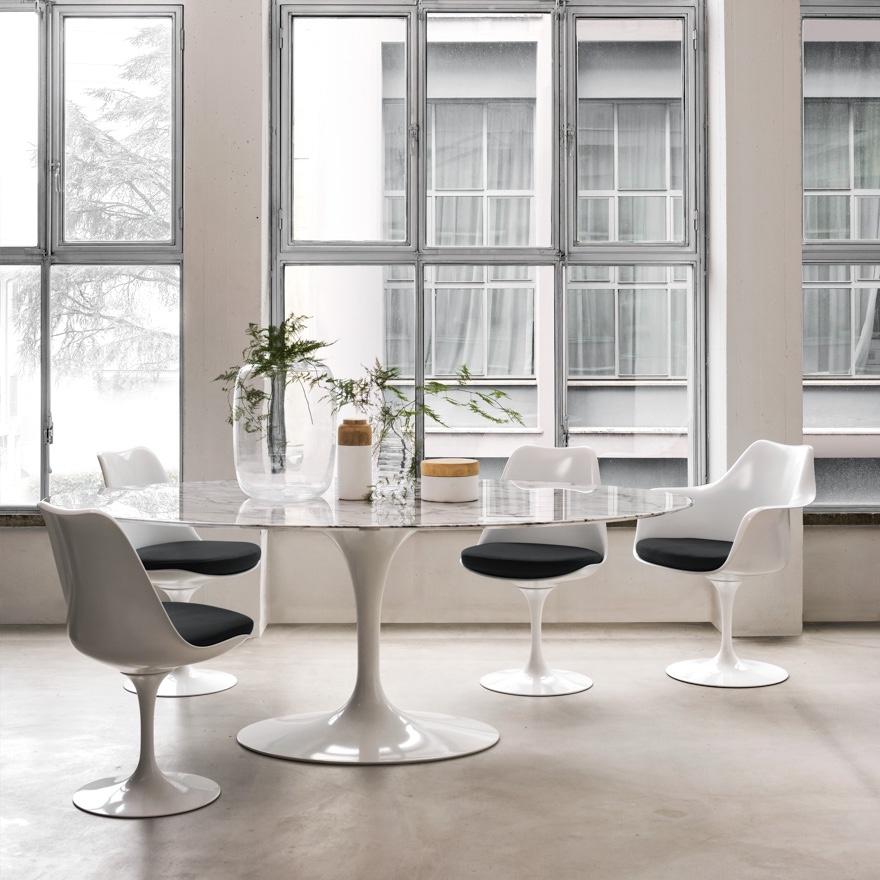Изысканные стулья 50-х годов белого цвета с одной ножкой