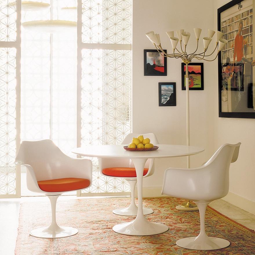 Белые стулья 50-х годов с оранжевым сиденьем