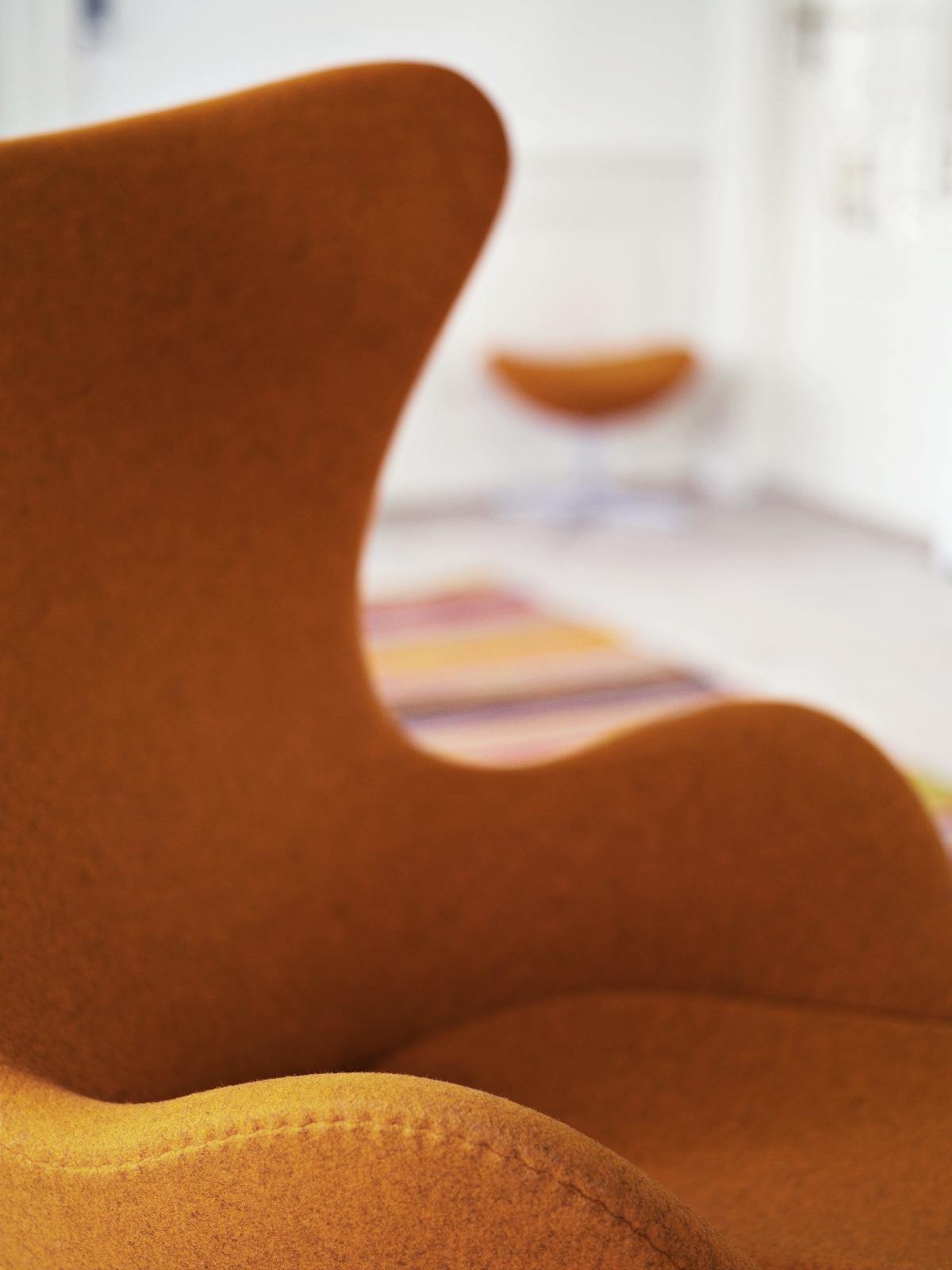 Яркий стул 50-х годов в стиле мид-сенчури