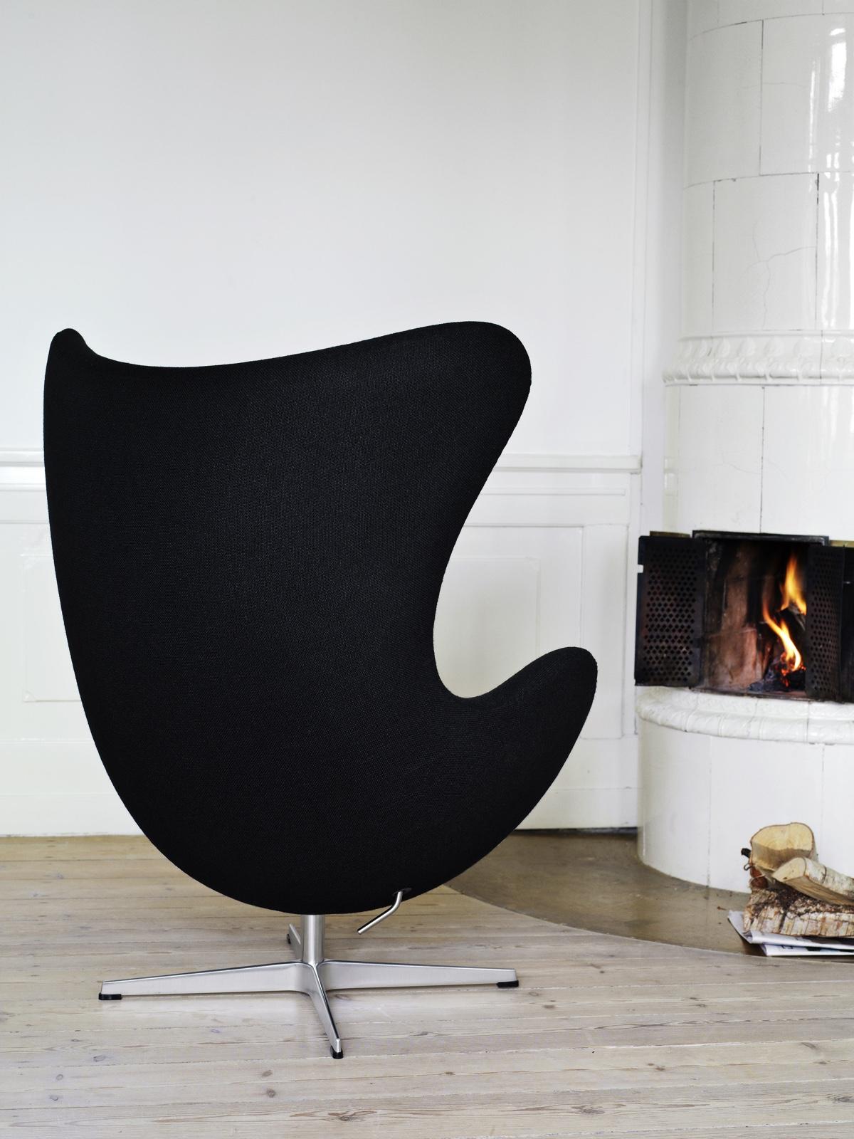 Черный стул 50-х годов в стиле мид-сенчури