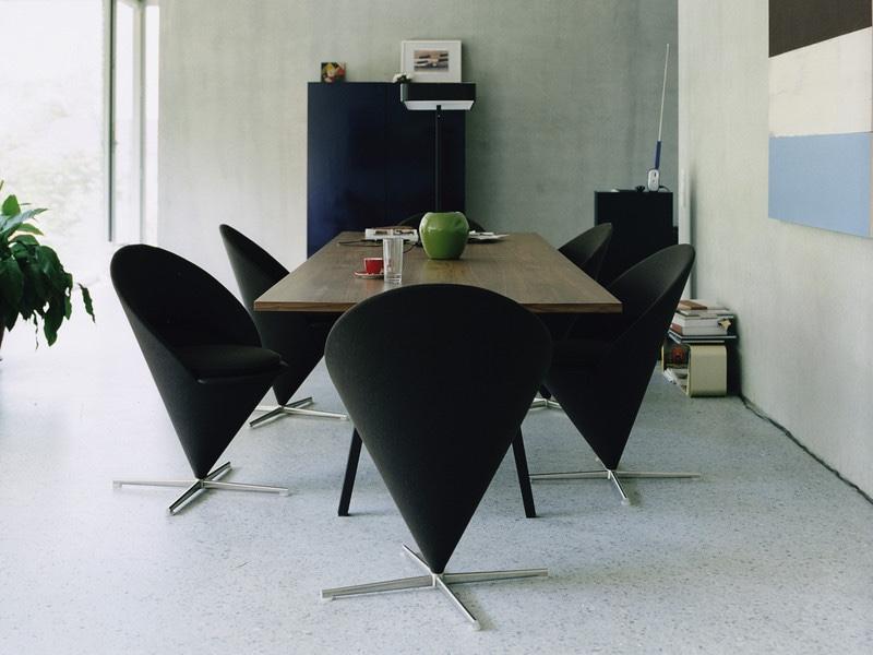 Черные стулья 50-х годов в стиле поп-арт