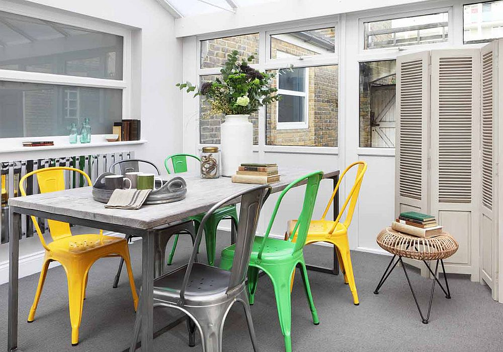 Разноцветные стулья в интерьере столовой