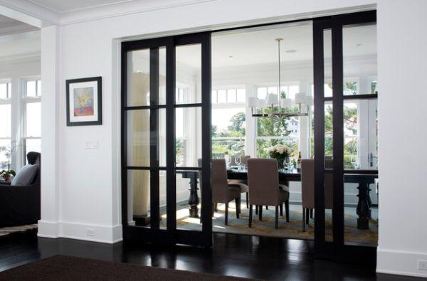 Элегантная столовая с раздвижными стеклянными дверями в деревянной раме