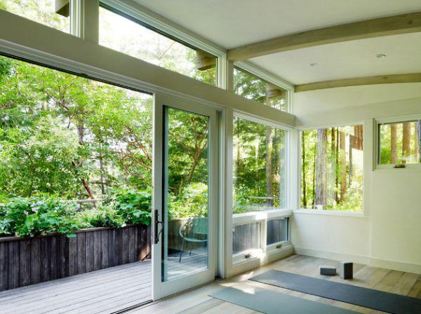 Красивые раздвижные стеклянные двери в доме