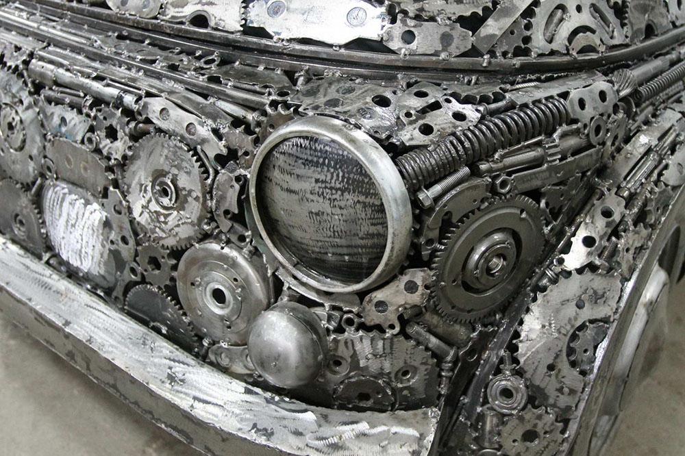 скульптуры автомобилей, построенные из металлолома