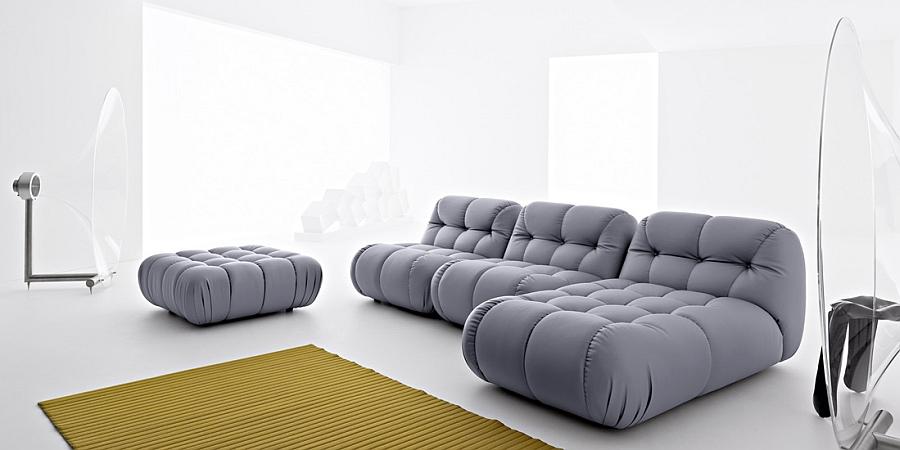 Красивый серый диван в гостиной