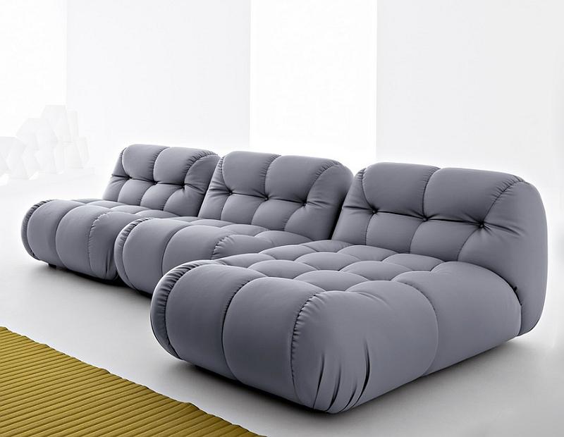 Стильный серый диван в гостиной
