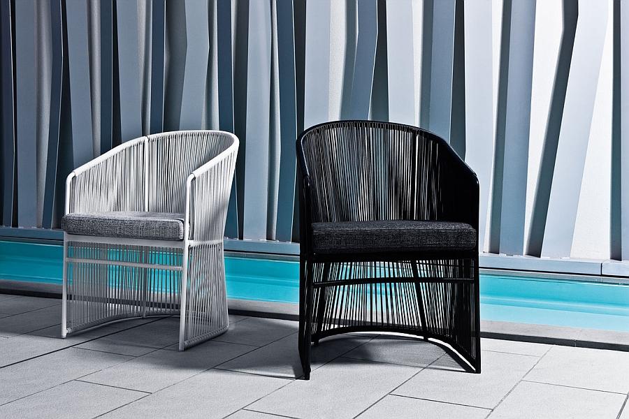 Чёрный и белый плетёные стулья