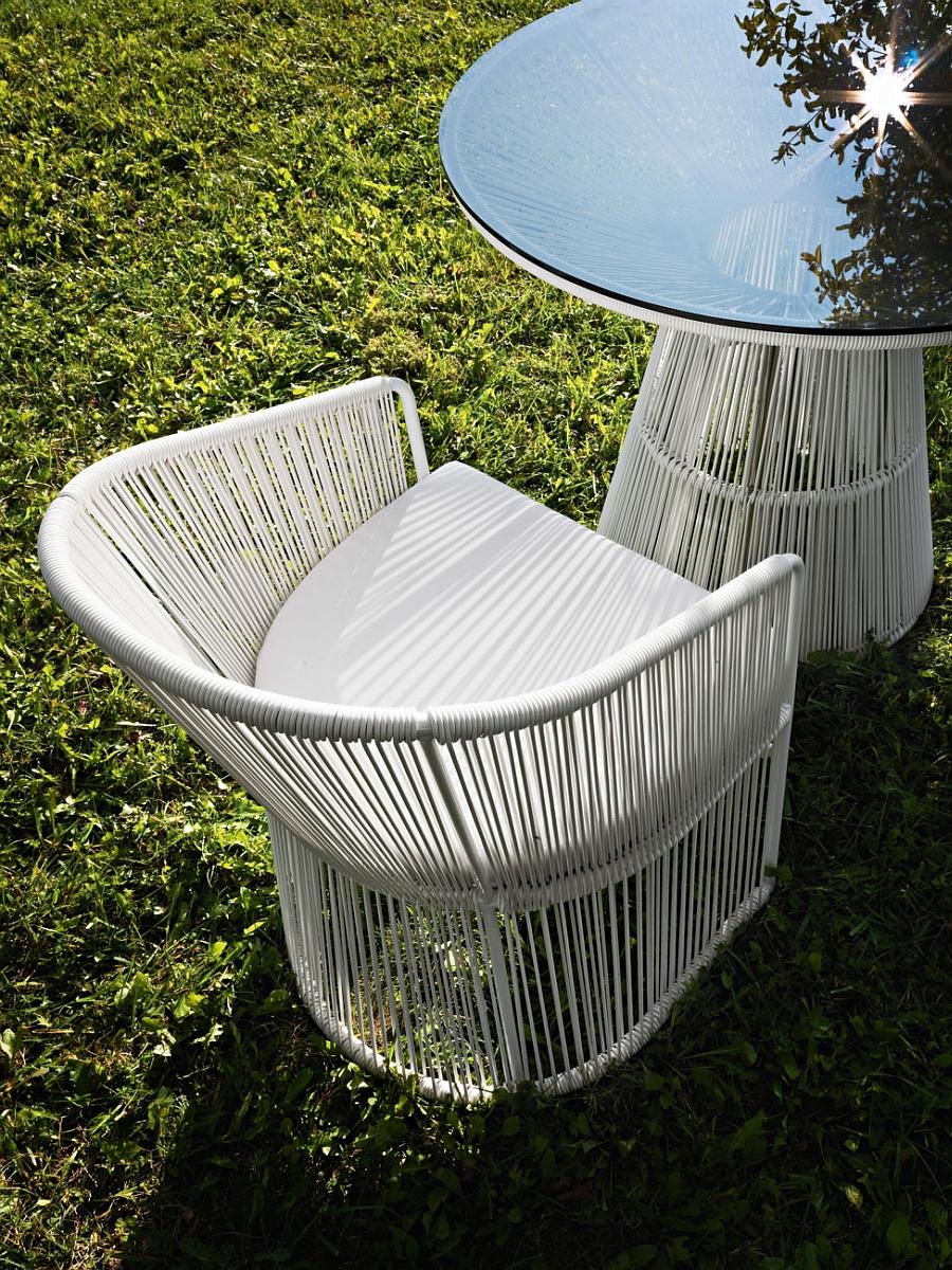 Белый плетеный стул