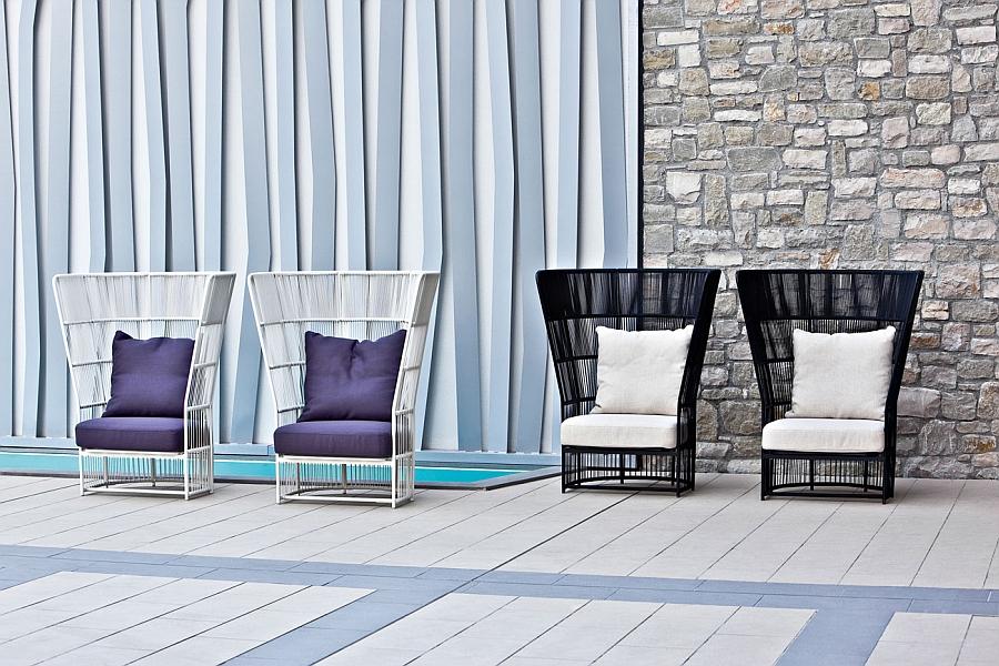 Плетёные стулья на террасе
