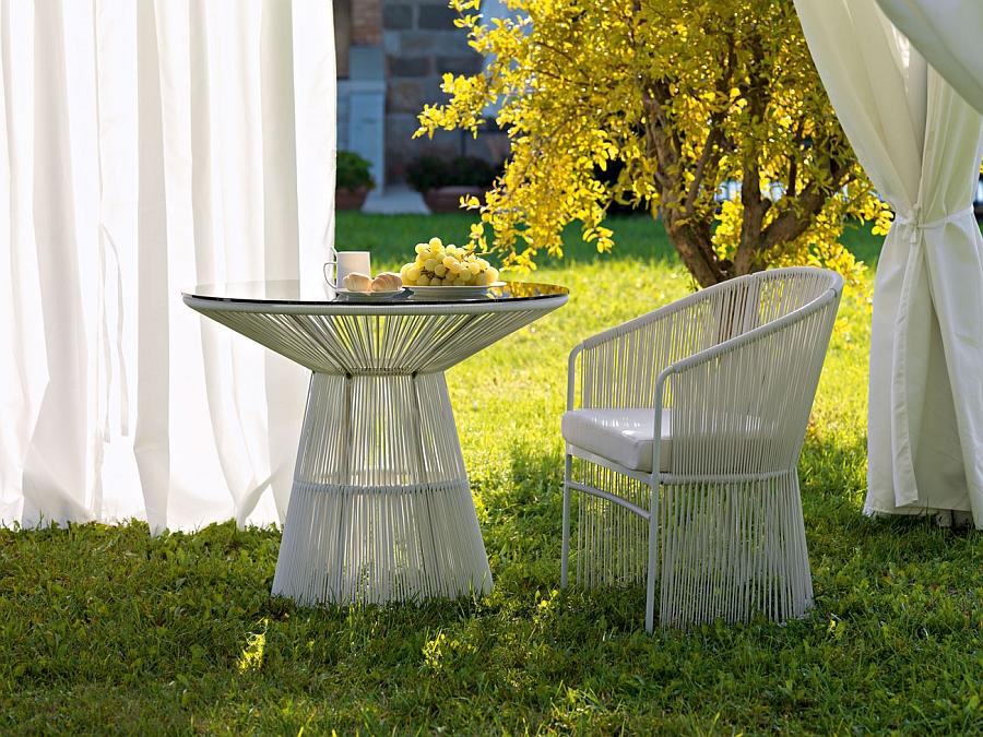 Столик со стулом в саду