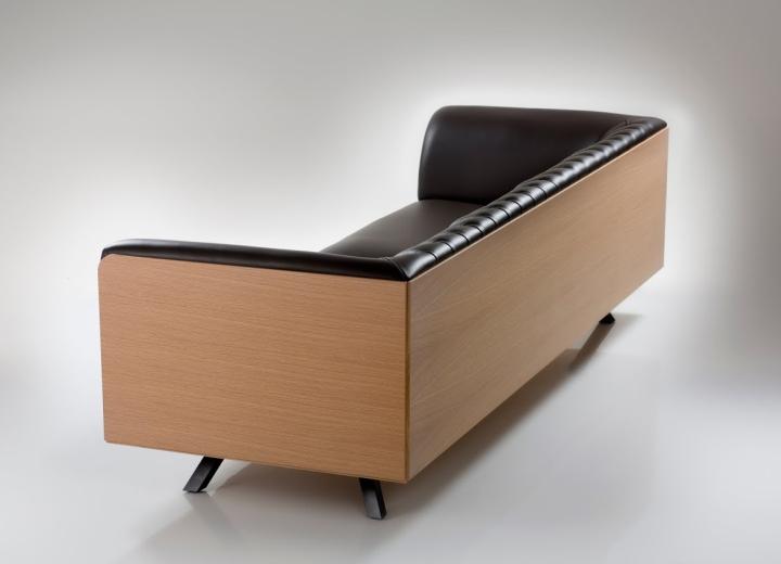 Деревянный каркас черного дивана