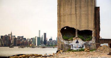 Граффити черепа от Suitswon: масштабная фреска на руинах здания в Гринпойнте, Нью-Йорк