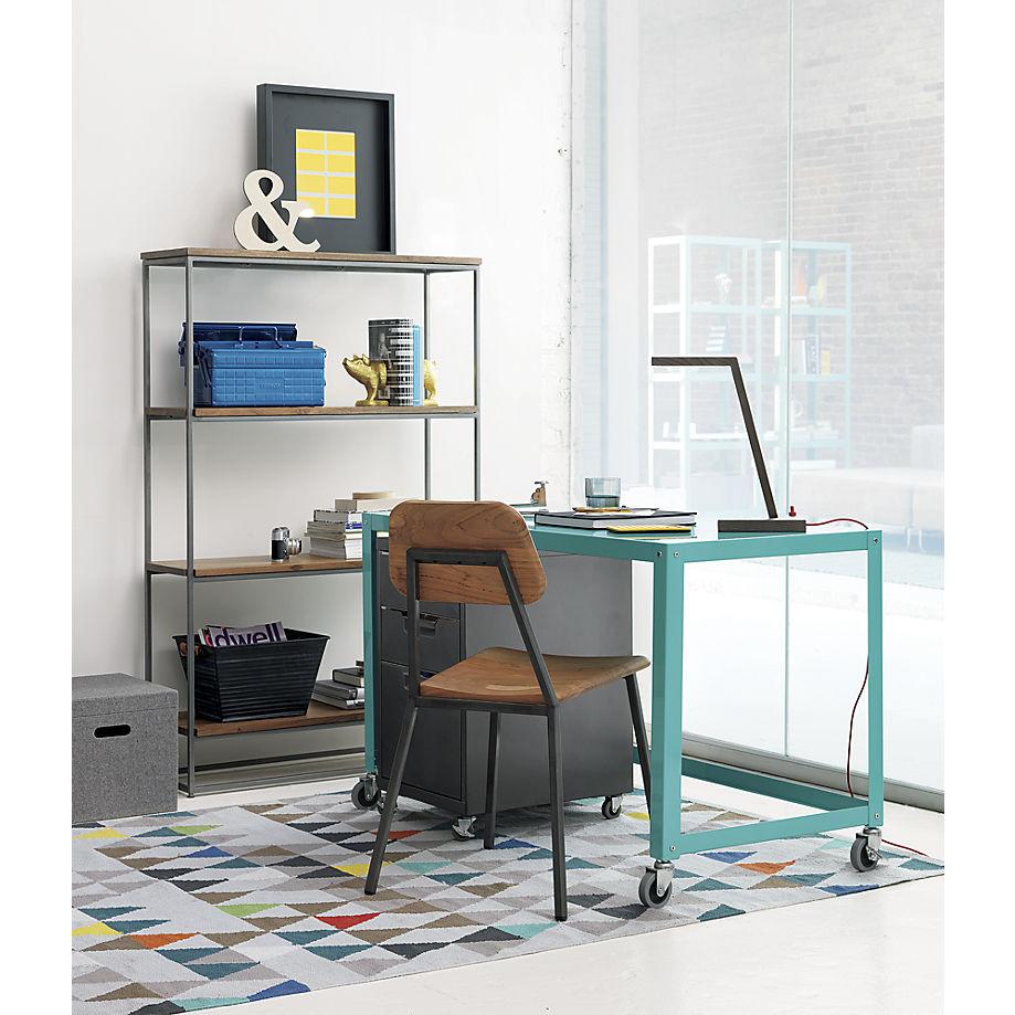 Яркий ковер с геометрическими фигурами в домашнем кабинете