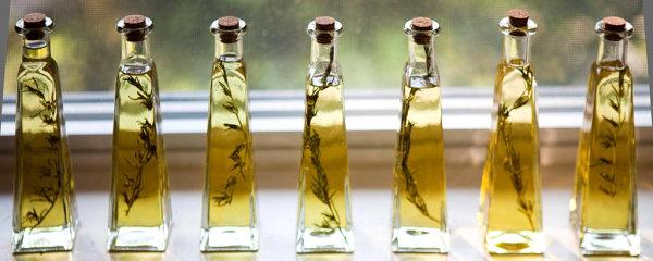 Бутылочки с оливковым маслом и розмарином