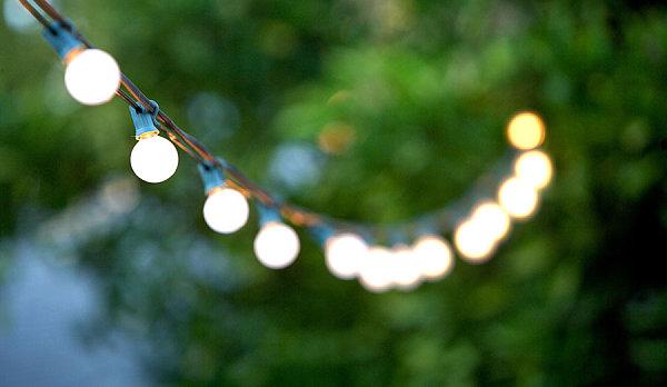 Цепочка фонариков в воздухе